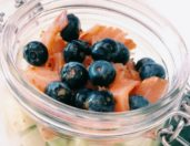 A blueberry salad recipe with salmon, cucumber, yogurt, soy sauce and honey. Get this and more healthy recipes on Gourmet Project.