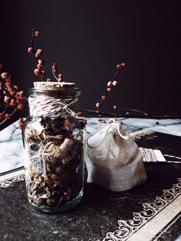 A mulled wine recipe: vin brulè mix to give for Christmas. Get this and more Italian christmas recipes on Gourmet Project, an Italian food blog.