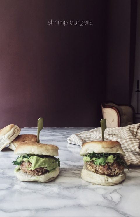 shrimp burgers with avocado mayo: an easy and healthy recipe