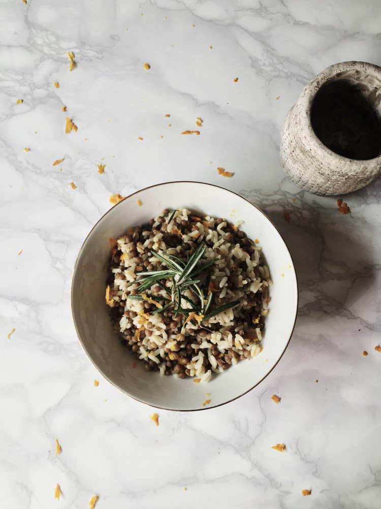 Easy and healthy Italian rice bowl: get this rice and lentils with orange and rosemary infused olive oil recipe on Gourmet Project, an Italian food blog.