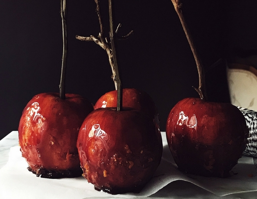 Italian sweets for Halloween: spritz caramel apples