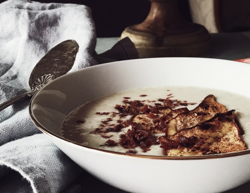 Savory oatmeal recipes: oatmeal soup with pear crisps and prosciutto crumble. Get this and more healthy Italian recipes on Gourmet Project, a Rome based Italian food blog.