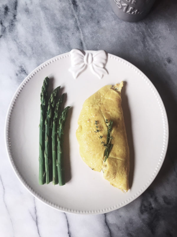 A veggie omelette with asparagus, soft ricotta, chives and thyme. Get this and more delicious Italian recipes on Gourmet Project.