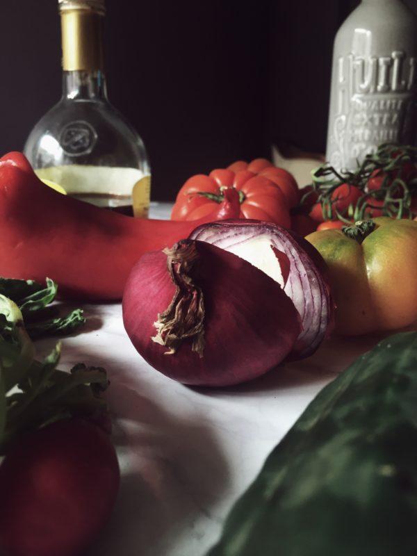 una ricetta di gazpacho facile, con viole del pensiero