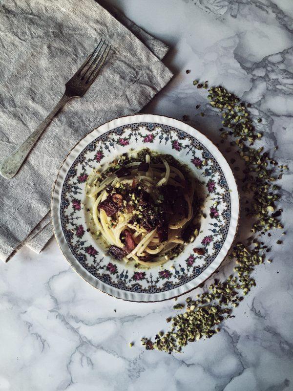 pasta al pesto di pistacchi con pancetta + avventure culinarie siciliane