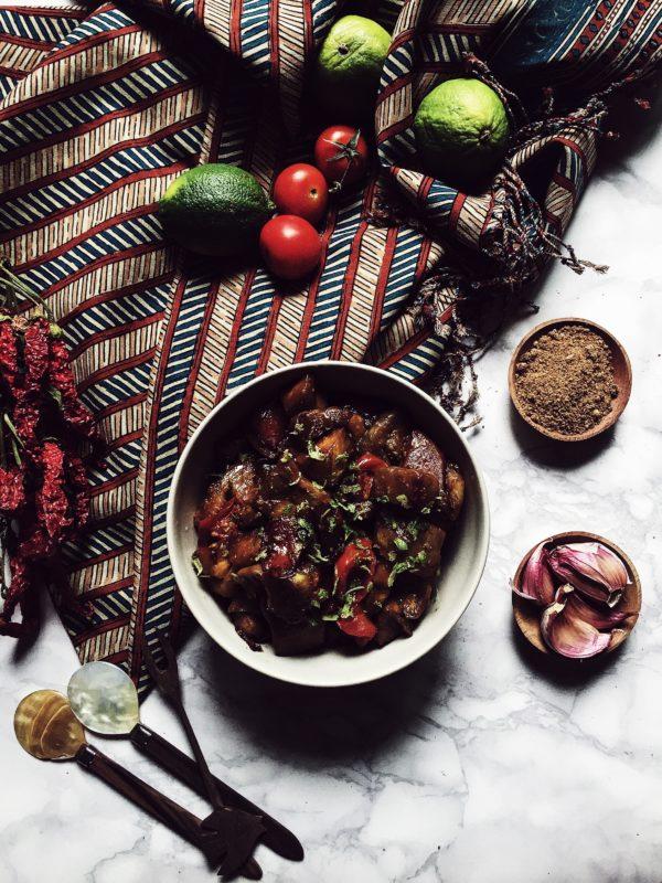 cucinare con il wok: melanzane alla balinese con salsa di soia, pomodori e scorza di lime