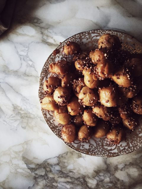 Sometimes you need a touch of vintage gold. Especially if you want a new way to decorate the very Italian and very authentic Italian struffoli recipe.