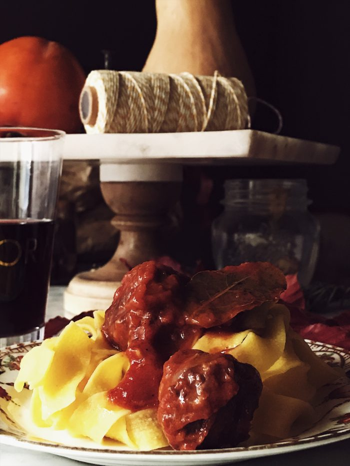 A very Italian sausage pasta recipe: a tomato sauce with locally grown pork sausages, spices and a dash of wine. Get it on Gourmet Project.