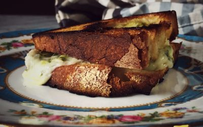 mozzarella and pesto grilled cheese sandwich